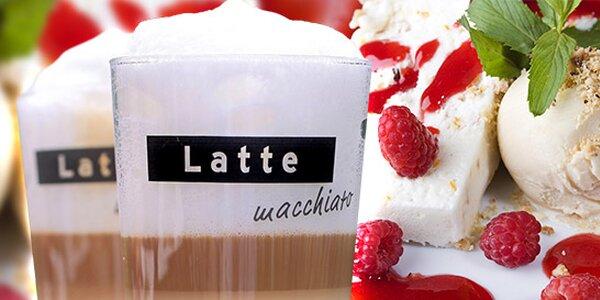 Dvě kávy a zmrzlina s ovocem v nekuřácké kavárně