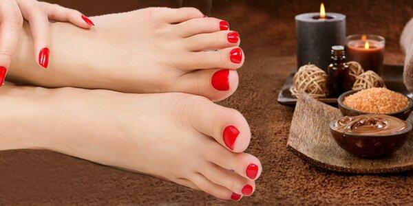 Čokoládová pedikúra včetně peelingu, zábalu, masáže a lakování
