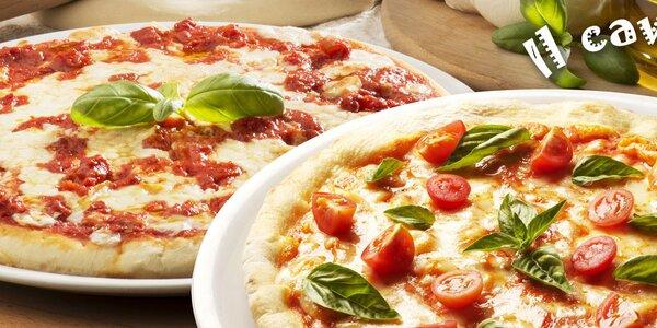 Dvě pravé italské pizzy v restauraci il Cavallo