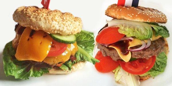 Dva šťavnaté hamburgery a dva domácí zákusky