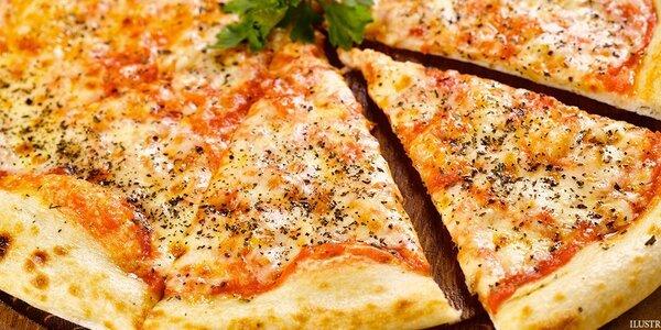 Obří pizza a láhev výborného vína pro dva