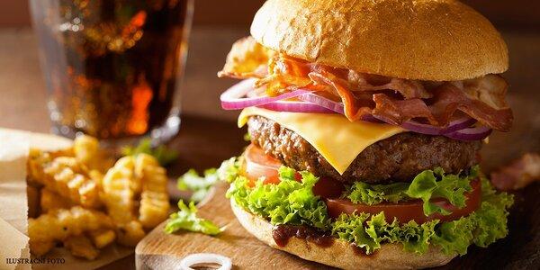 Obří burger s pořádnou porcí masa a přílohou