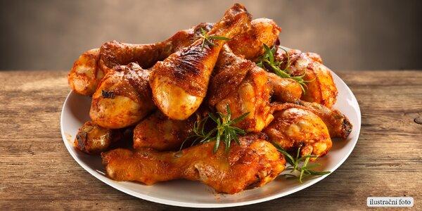 Kilo pikantních kuřecích špalíčků s omáčkou
