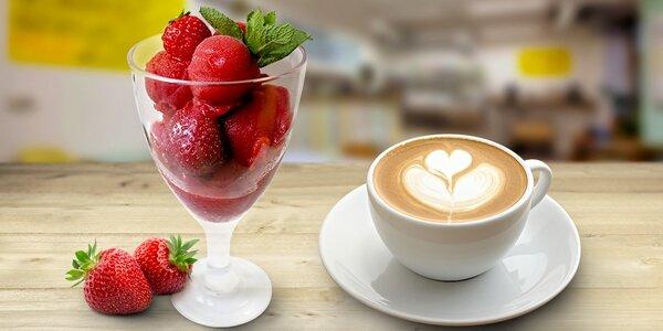 Sladké mlsání a nealko nápoj v rodinné kavárně