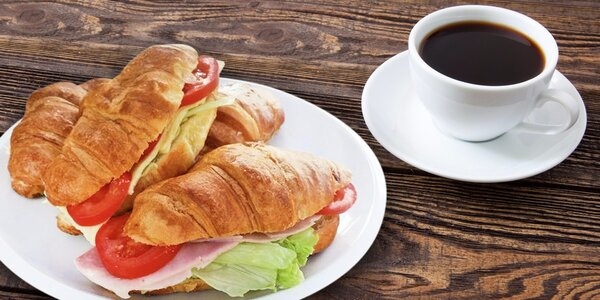 Svačina do auta: Panini nebo croissant a nápoj
