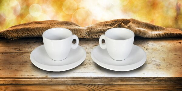 Dva hrnečky s podšálky na espresso