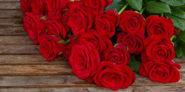 Nádherné rudé holandské růže zdobené trávou