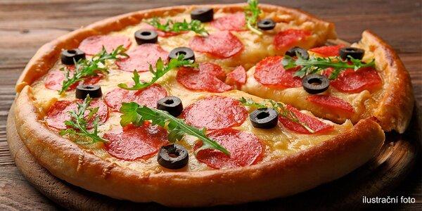 Italská pizza zdobená čerstvými dobrotami