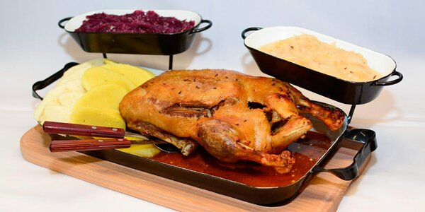 Pečená kachna se zelím a domácím knedlíkem