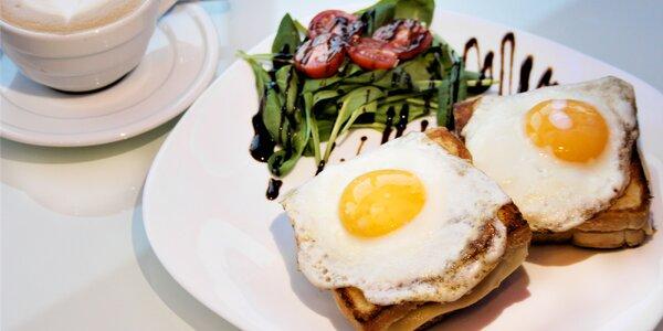 Francouzská snídaně s kávou v kavárně Kolbaba