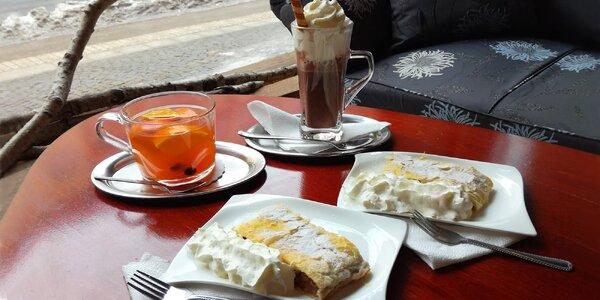 2 horké nápoje a štrúdly ve vintage kavárně