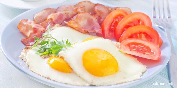 Vydatná snídaně s džusem a teplým nápojem