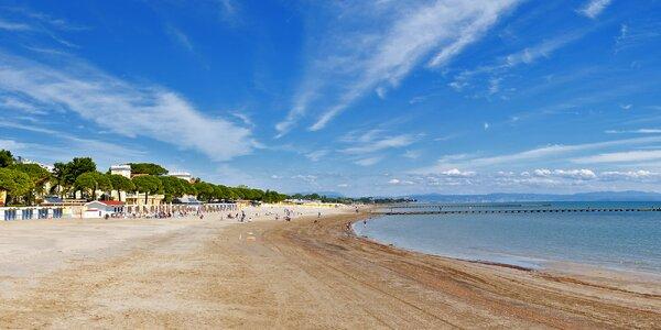 Den na písčité pláži a koupání v Jadranu