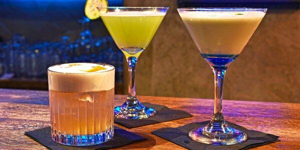 Míchané drinky ve steampunkovém baru