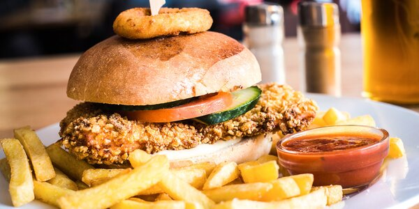 Crispy chicken burger v domácí bulce s hranolky