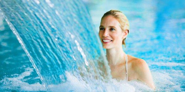 Vodní radovánky v bazénu se slanou vodou