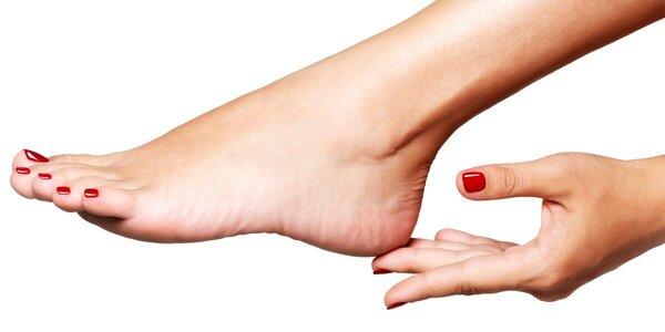 Mokrá pedikúra včetně lakování a uvolňující masáže