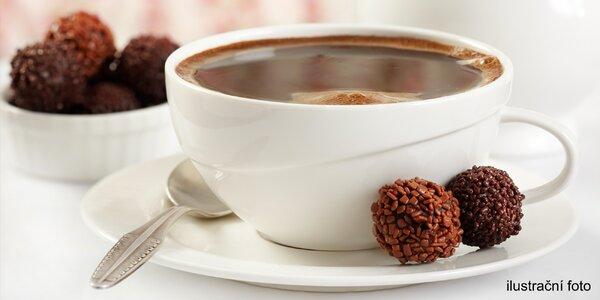 Kelímek husté horké čokolády a božská pralinka