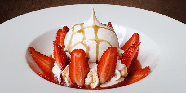 Delikátní dezert Pavlova s jahodami a nápoj