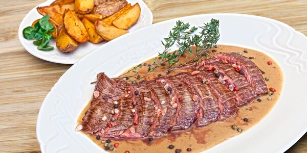 Dva hovězí flank steaky s přílohou a omáčkou