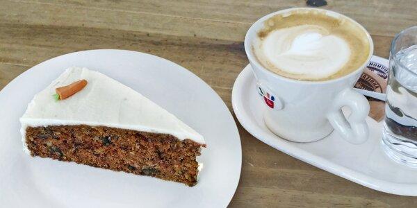 Káva a mrkvový dort v tréninkové kavárně