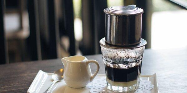 Tradiční phin filtr a balíček vietnamské mleté kávy