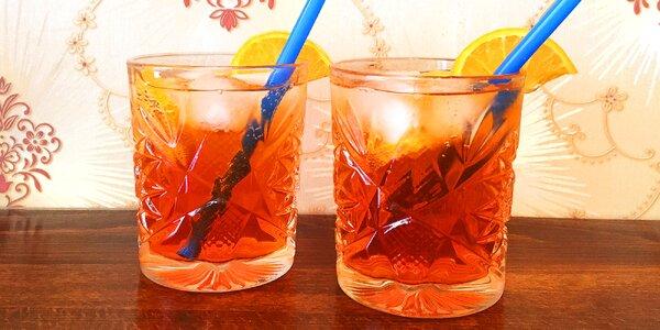 Dva míchané drinky Aperol Spritz na Vinohradech