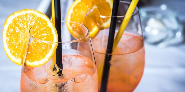 Dvě skleničky osvěžujícího Aperolu Spritz