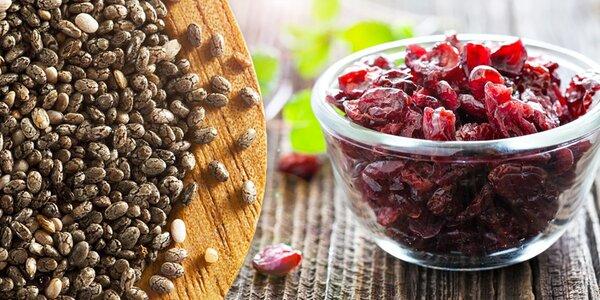 Chia semínka a brusinky, rozinky či banány