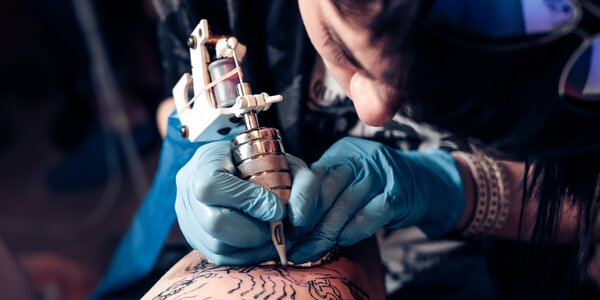 Nové tetování v profesionálním studiu