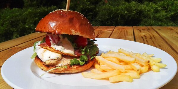 Kuřecí burger v domácí housce a porce hranolků