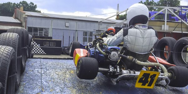 Až 45 minut jízdy v motokáře na vymakané trati