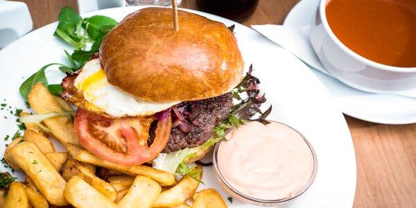 Vydatné burgerové menu včetně polévky a dezertu