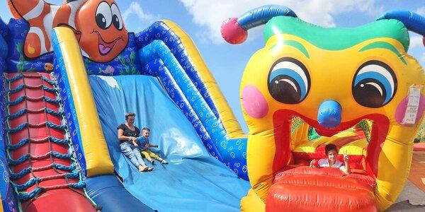 Nechte děti vyskákat v nafukovacím parku