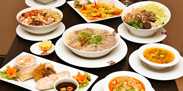 Stylové vietnamské menu pro 2 a láhev vína