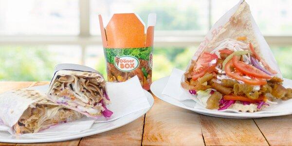 Populární kebab v chlebu, tortille nebo boxu