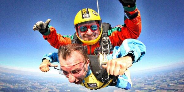 Adrenalin v oblacích: let s tandemovým seskokem