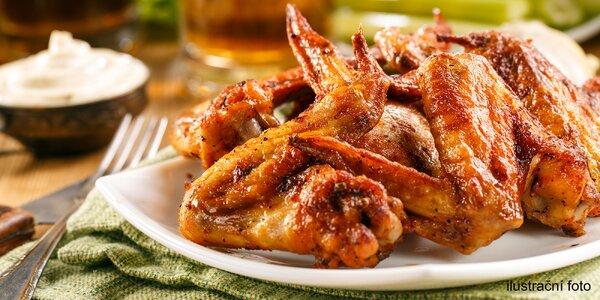 1,5 kg grilovaných křídel, mix omáček a pečivo