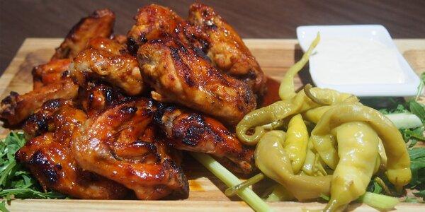 1 kg pikantních kuřecích křidélek s pečivem