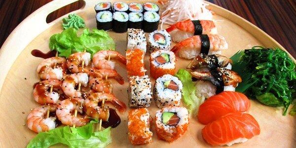 39 sushi kousků a k nim zázvor, wasabi, řasy a salát
