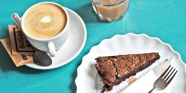 Zákusek a pití v kavárně s velkou dětskou hernou