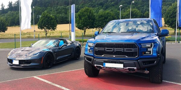 Jízda ve vozech Chevrolet Corvette a Ford Raptor