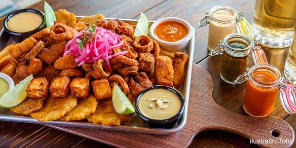 Masovo-sýrový talíř a opečené brambory i salát