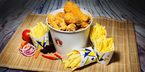 Kyblík plný kuřecích dobrot a hranolky