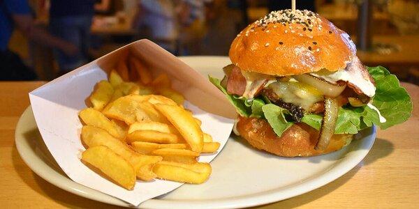 Burger a hranolky v pubu s výčepem na stole
