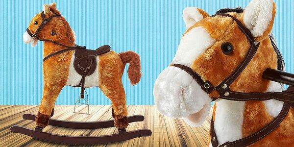 Houpací koník, který řehtá a vrtí ocasem