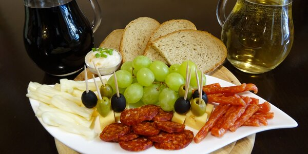 Litr sudového vína a talíř sýrů a uzenin pro dva