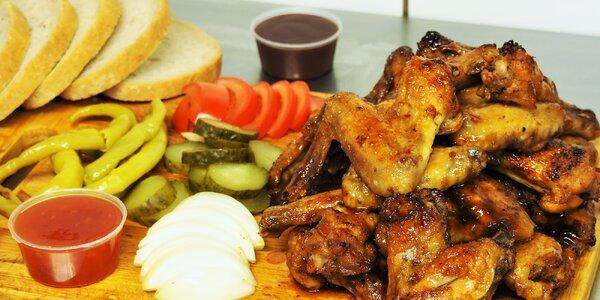 Kilo kuřecích křídel v BBQ nebo pikantní marinádě