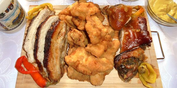 Prkno s 1300 g masa a přílohou pro 2-3 jedlíky