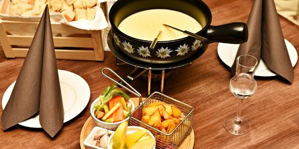 Švýcarská specialita: sýrové fondue pro 2 osoby